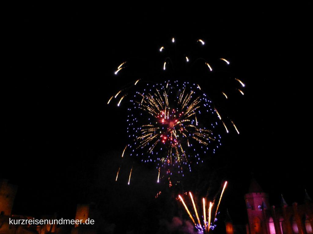 Grosses Finale bei den Stoertebeker Festspielen: Feuerwerk am Ende des Theaterstuecks