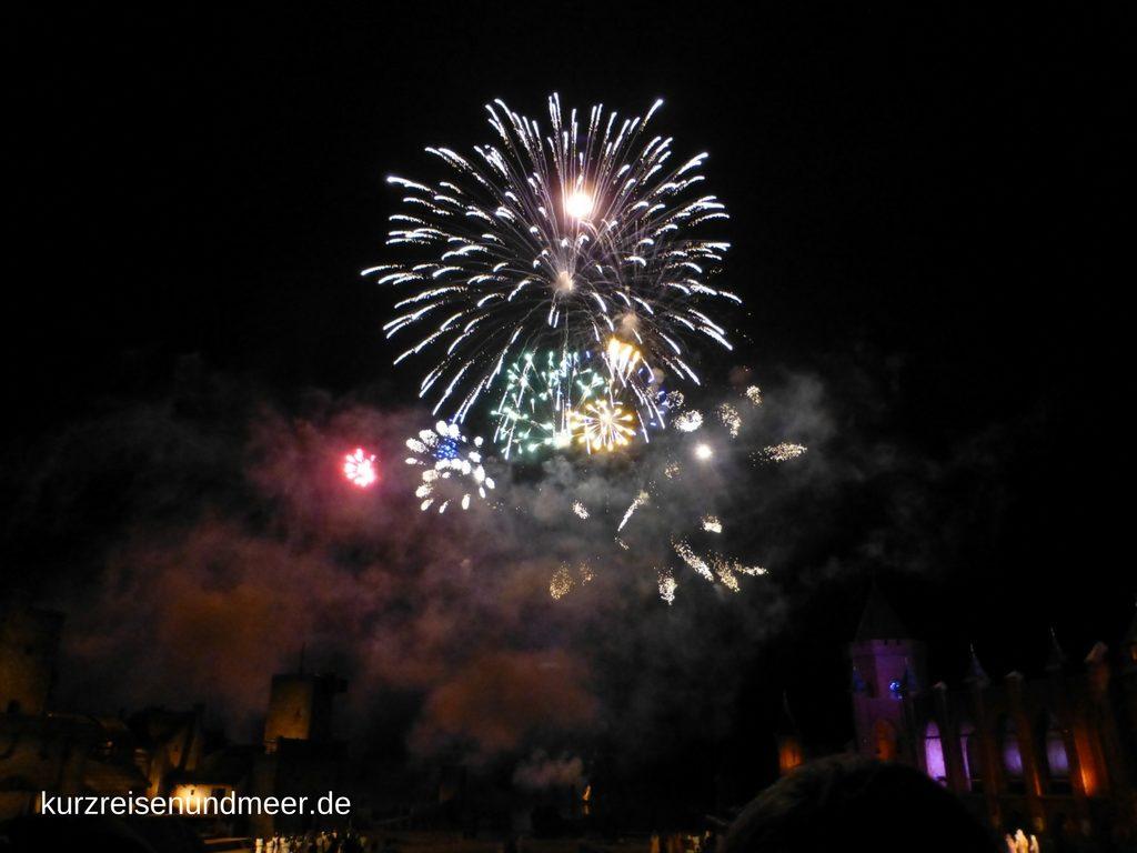 Das Feuerwerk im Nachthimmel von Ralswiek