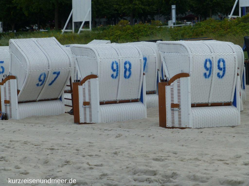 Das Bild zeigt Strandkoerbe in Binz