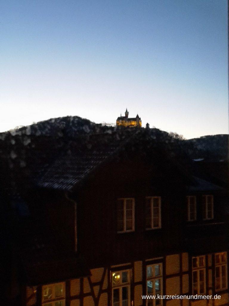 Das Bild zeigt das Schloss Wernigerode im Harz in der Morgendämmerung.