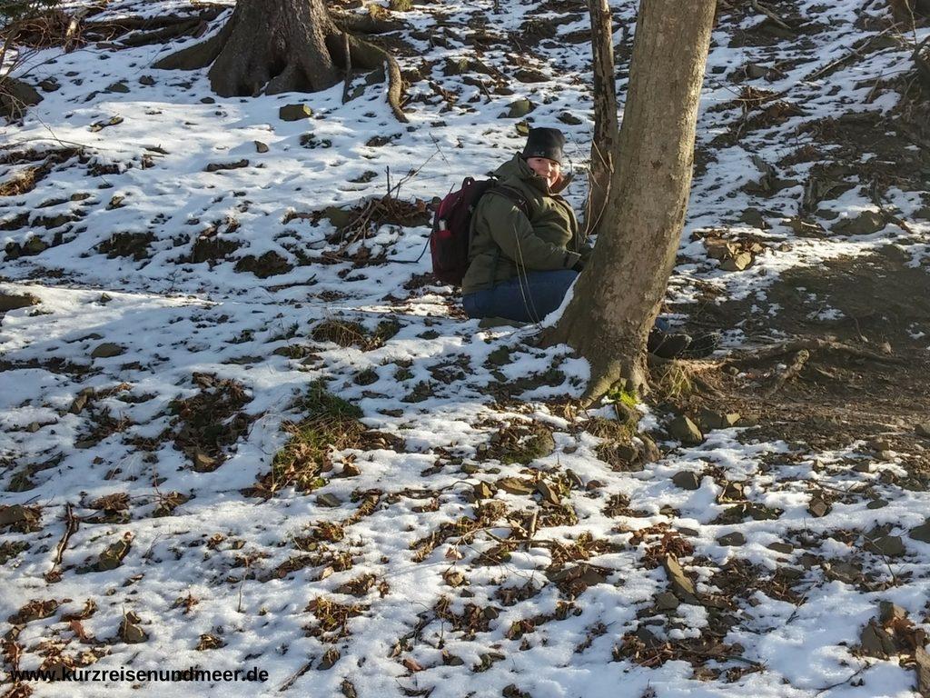 Das Bild zeigt wie ich einen vereisten Weg im Harz auf ungewöhnliche Art hinunter komme.