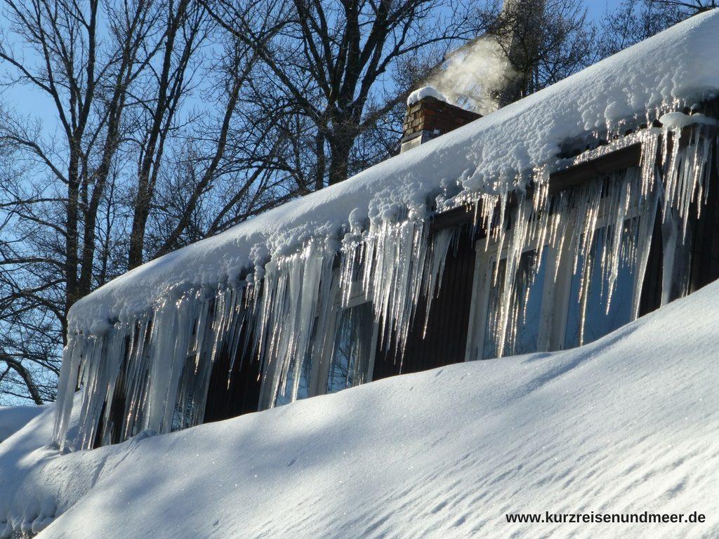 Bild zeigt Eiszapfen an einem Haus im Harz.