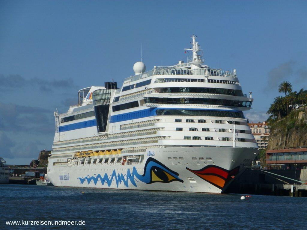 Das Bild zeigt die AIDAsol im Hafen von Madeira