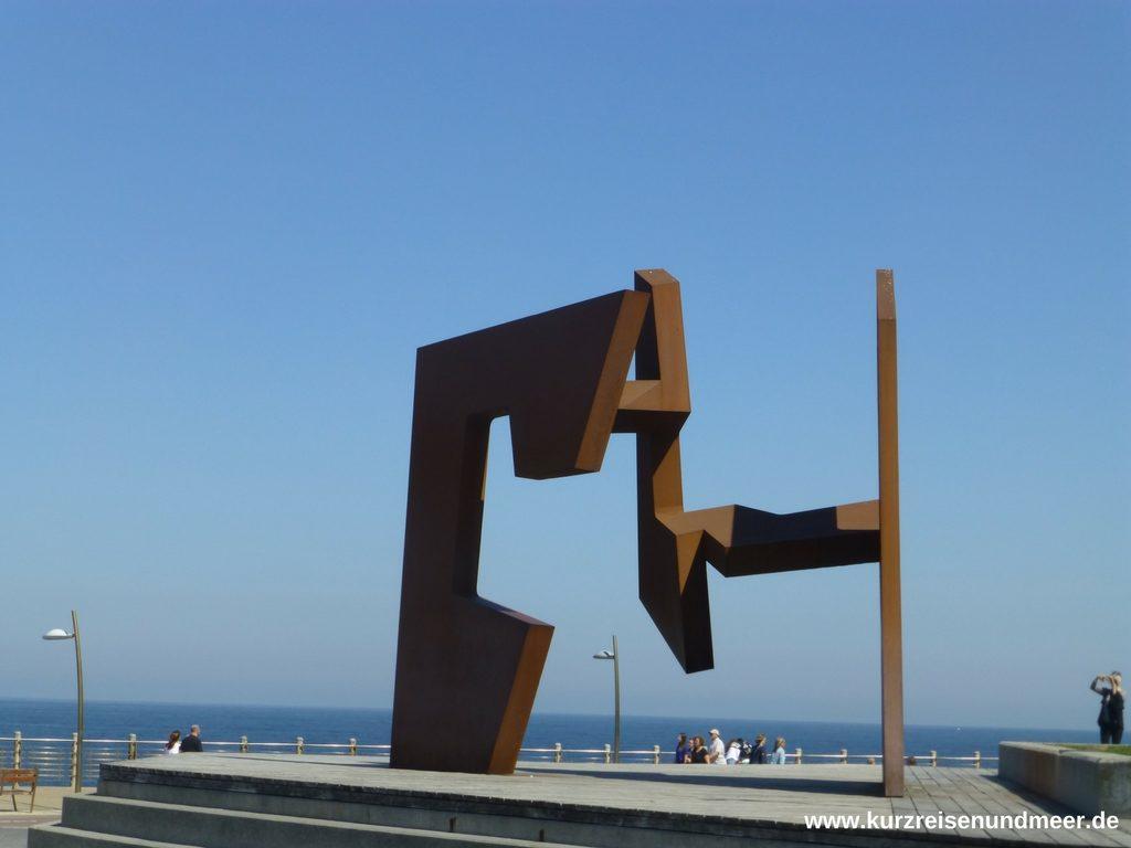 """Die Eisenplastik """"Leere Konstruktion"""" des Künstlers Jorge Oteiza am Fuße des Monte Urgull"""