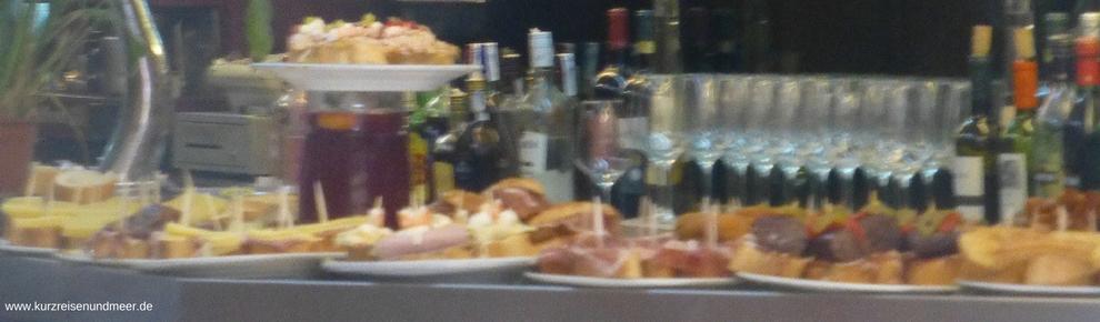 Pintxos stehen in allen Bars auf dem Tresen. Lauf Dir da nicht auch das Wasser im Mund zusammen?