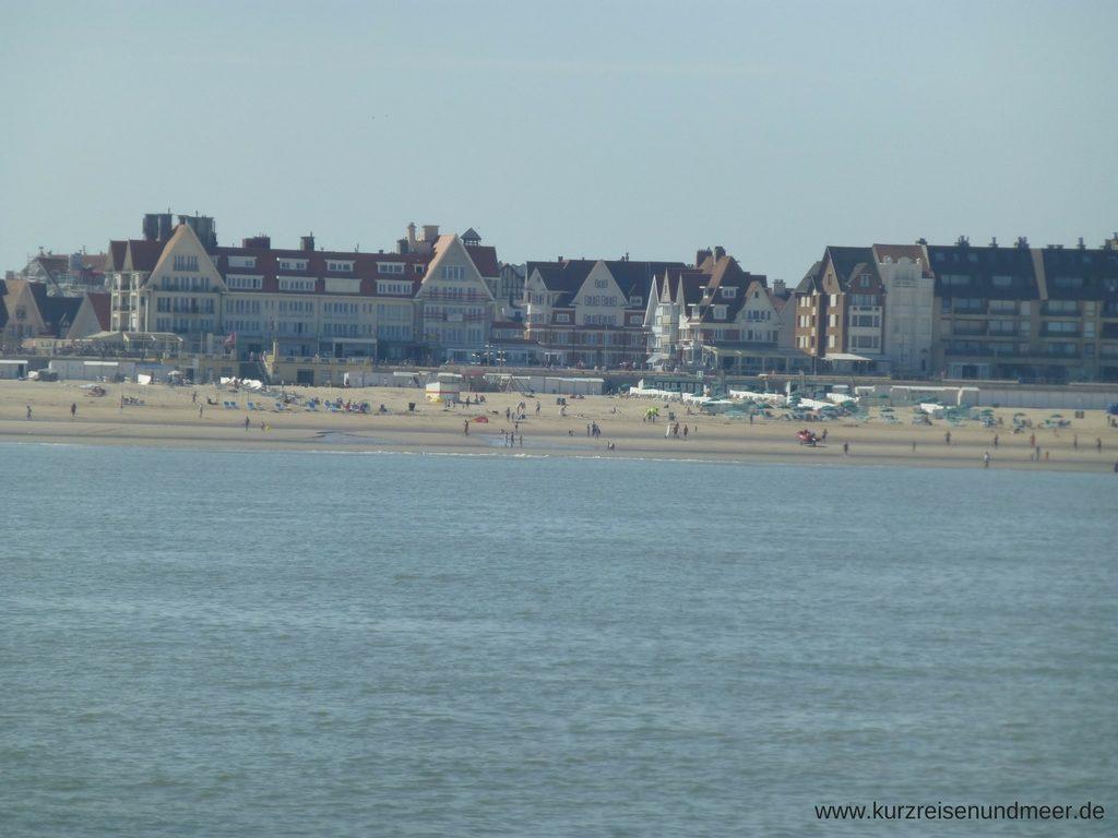 Das Bild zeigt den Strand von De Haan aan Zee vom Schiff aus gesehen
