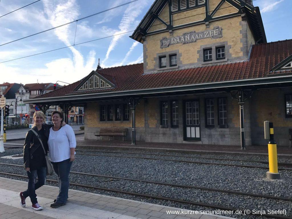 Kerstin und ich vor dem Bahnhofsgebäude in De Haan an der belgischen Küste