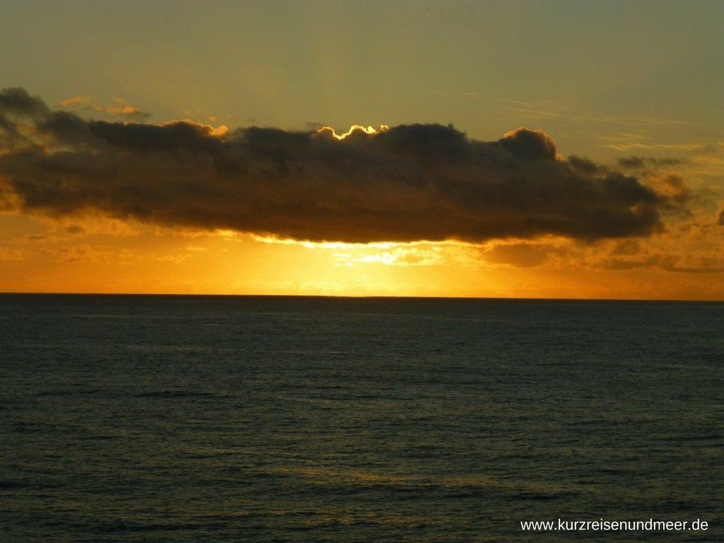 Die Sonne beleuchtet eine große Wolke über dem Meer (Beitrag zur Foto-Blog-Parade)