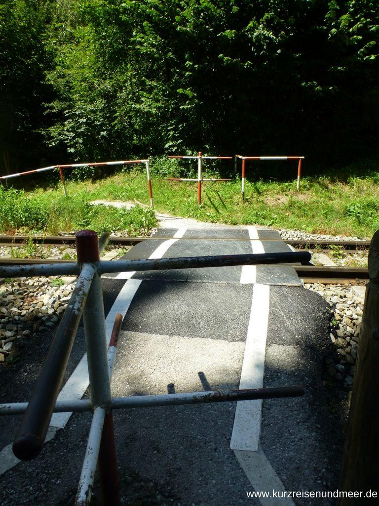 Bahnübergang gesichert durch Drehkreuze