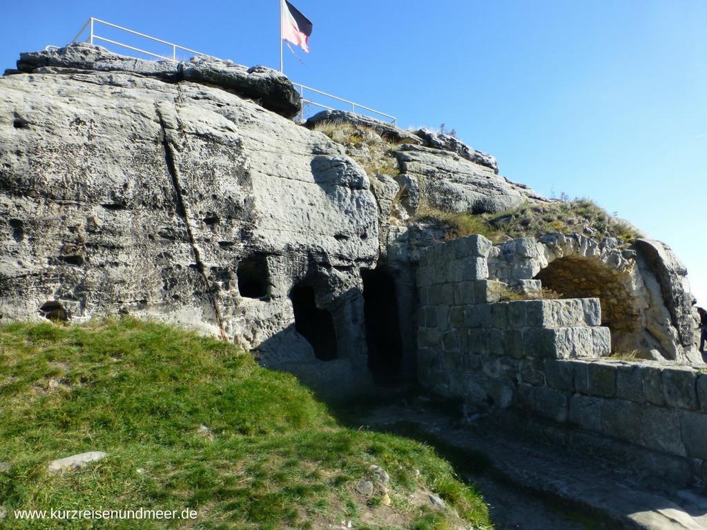 Auf dem Bild erkennt man gut die Felsenräume in der Kernburg der Burgruine Regenstein