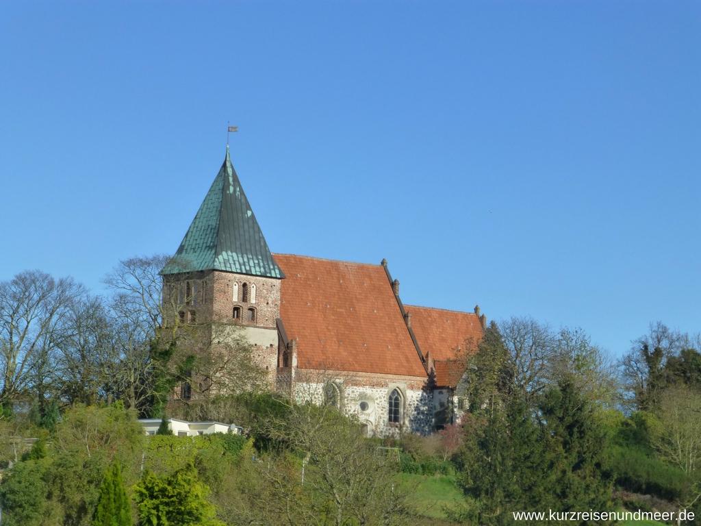 Die Kirche von Bobbin erbaut aus Feldsteinen