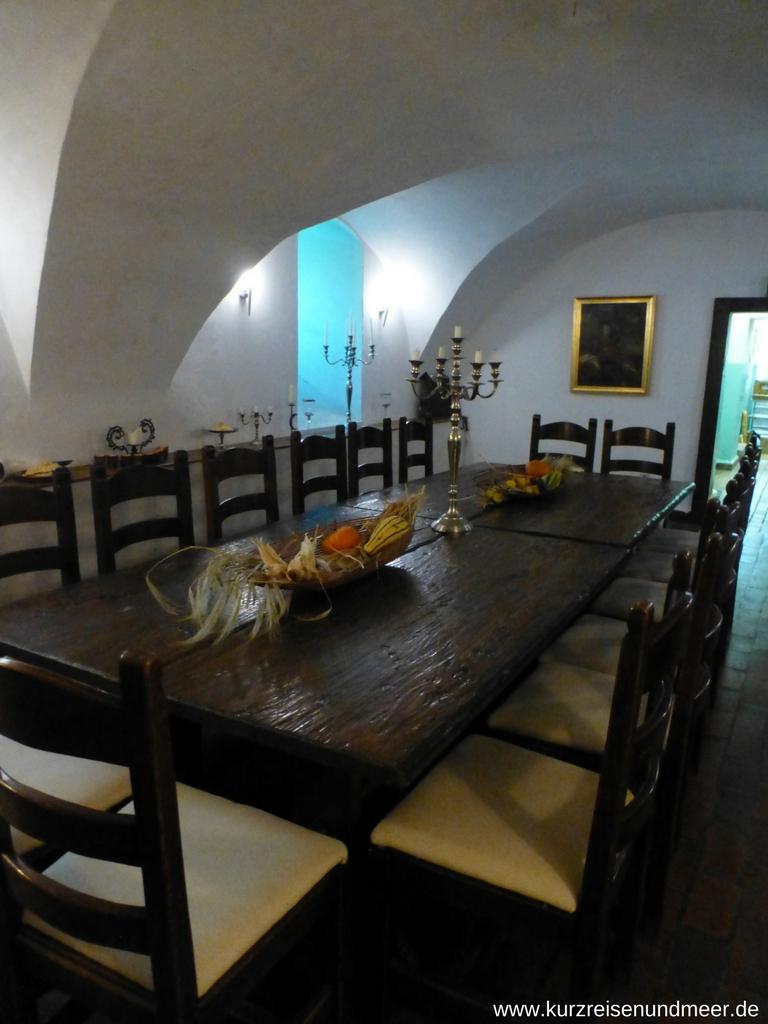 Die Rittertafel im Gewölbe des Restaurants im Schloss Spyker
