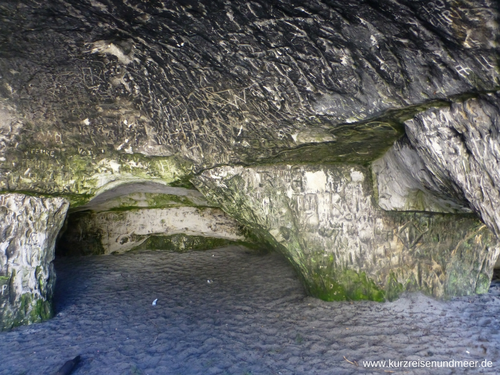 """Eine Sandhöhle von innen. Leider mussten sich hier viele Leute """"verewigen""""."""