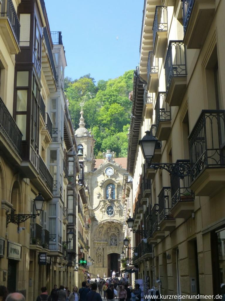Wunderschönes Portal der Basilika Santa María del Coro in der Altstadt von San Sebastian