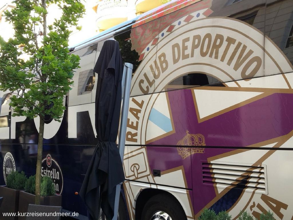 Als ich den Mannschaftsbus von Deportivo La Coruna vor meinem Hotel entdeckt hatte, habe ich beschlossen, dass ich unbedingt einmal ein spanisches Erstliga-Spiel sehen möchte.