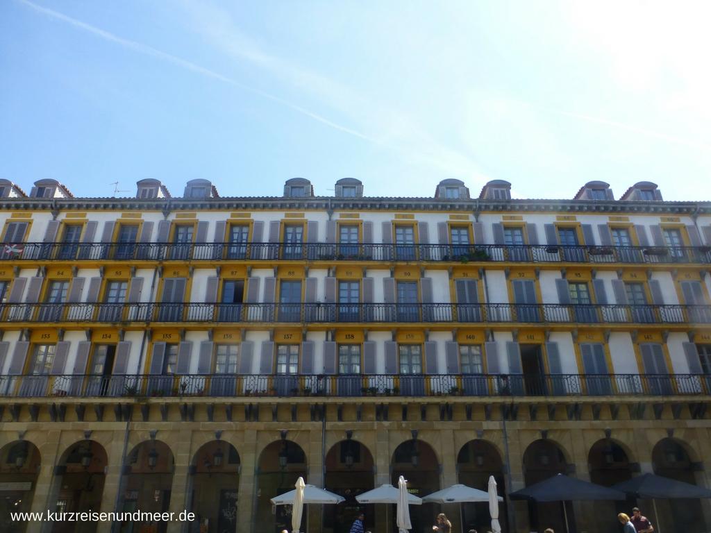 Nummern an den Balkonen der Plaza de la Constitución deuten darauf hin, dass dies einmal die Logen einer Stierkampfarena waren.