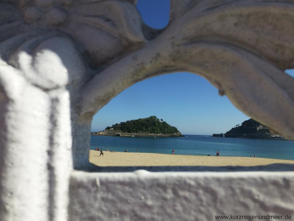Ein schöner Durchblick auf einen der wunderbaren Strände San Sebastians