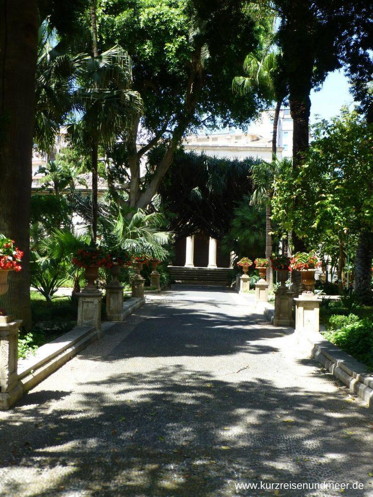 Weg zum Hauptgebäude des Botanischen Gartens in Catania