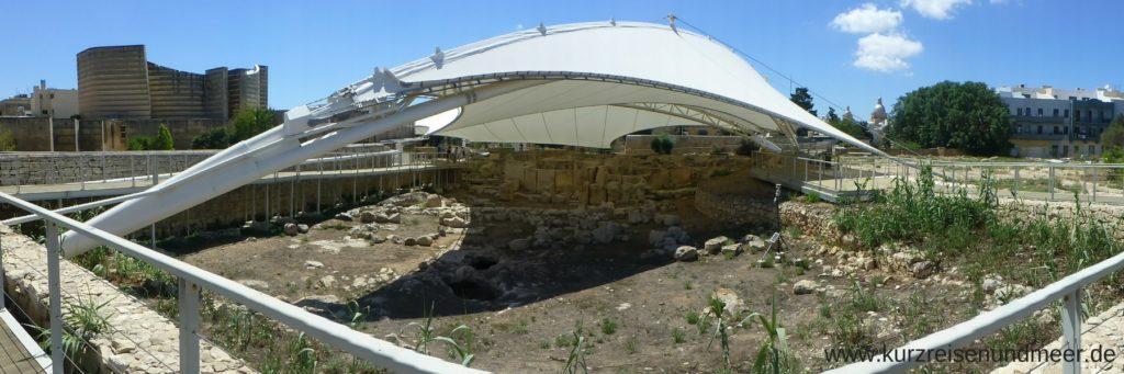 Der Tempel von Taxien wird von einer Zeltplane vor Witterungseinfluessen geschützt