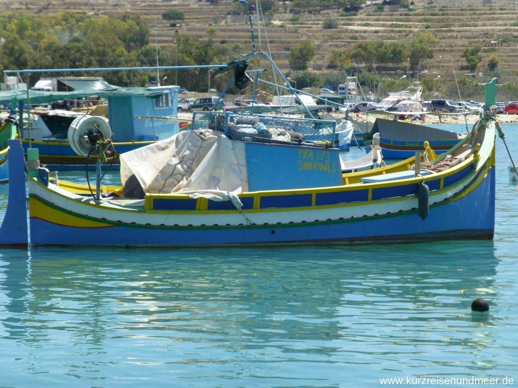 Ein Fischerboot in Marsaxlokk
