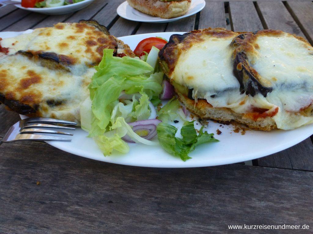 Maltesisches Brot mit Aubergine und gratiniertem Kaese