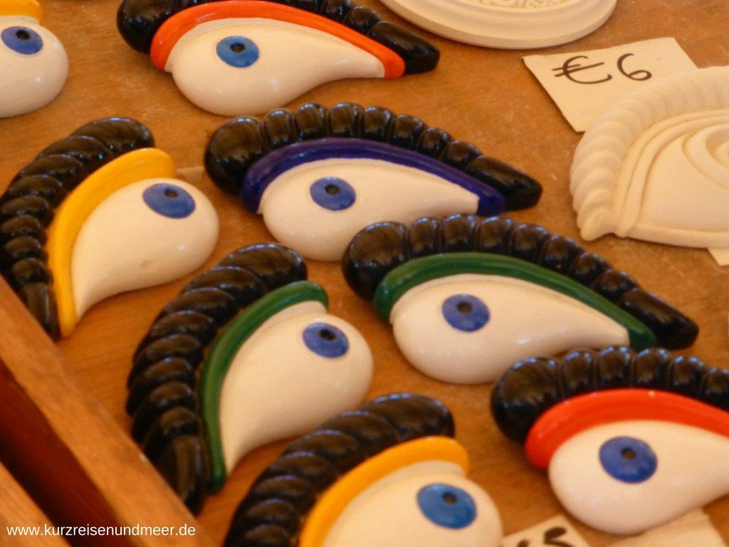 Diese Augen finden sich oft an den Fischerbooten auf Malta, den so genannten Luzzus. Das Auge stellt das so genannte Horusauge dar bzw. die Augen des Osiris.
