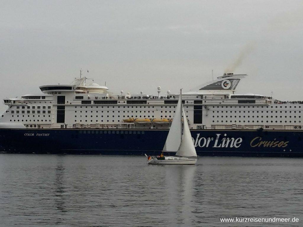 Segelboot vor Kreuzfahrtschiff