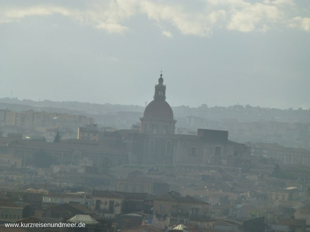 Nahaufnahme der Stadt Catania von der Mein Schiff 2 aus