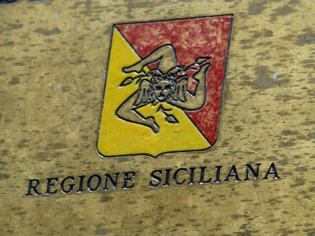 Die Trinacira, Symbol Siziliens, an einem Verwaltungsgebäude