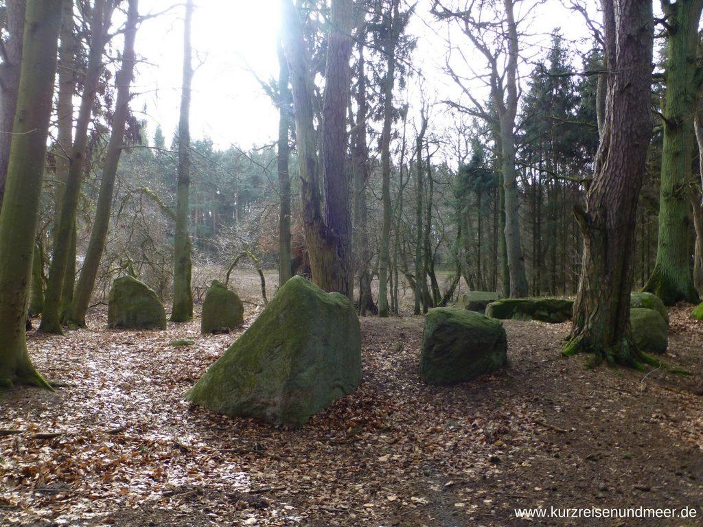 Die großen Steine markieren den Bereich, in dem die Grabkammer lag
