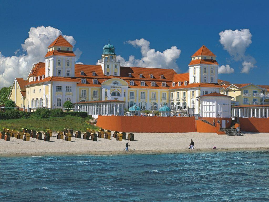 Das Kurhaus Binz im Sommer (Bild © Travel Charme Hotels & Resorts)