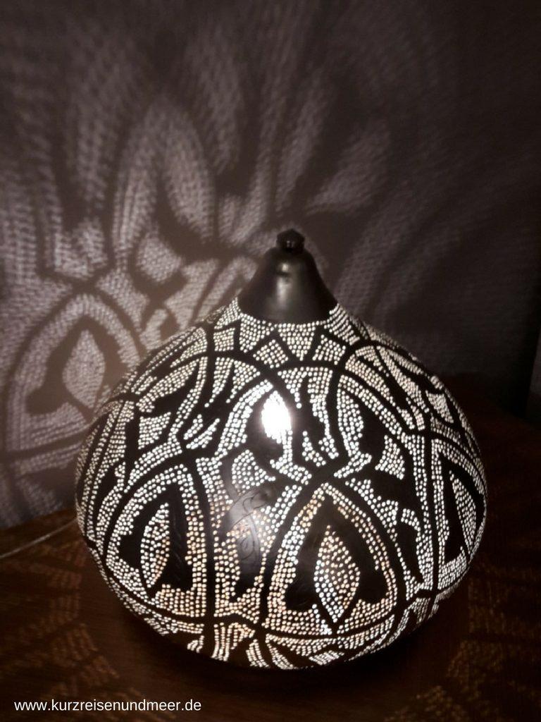 Die Lampe und die Lichtzeichnung an der Wand verleihen unserem Zimmer noch einmal einen besonderen Charme