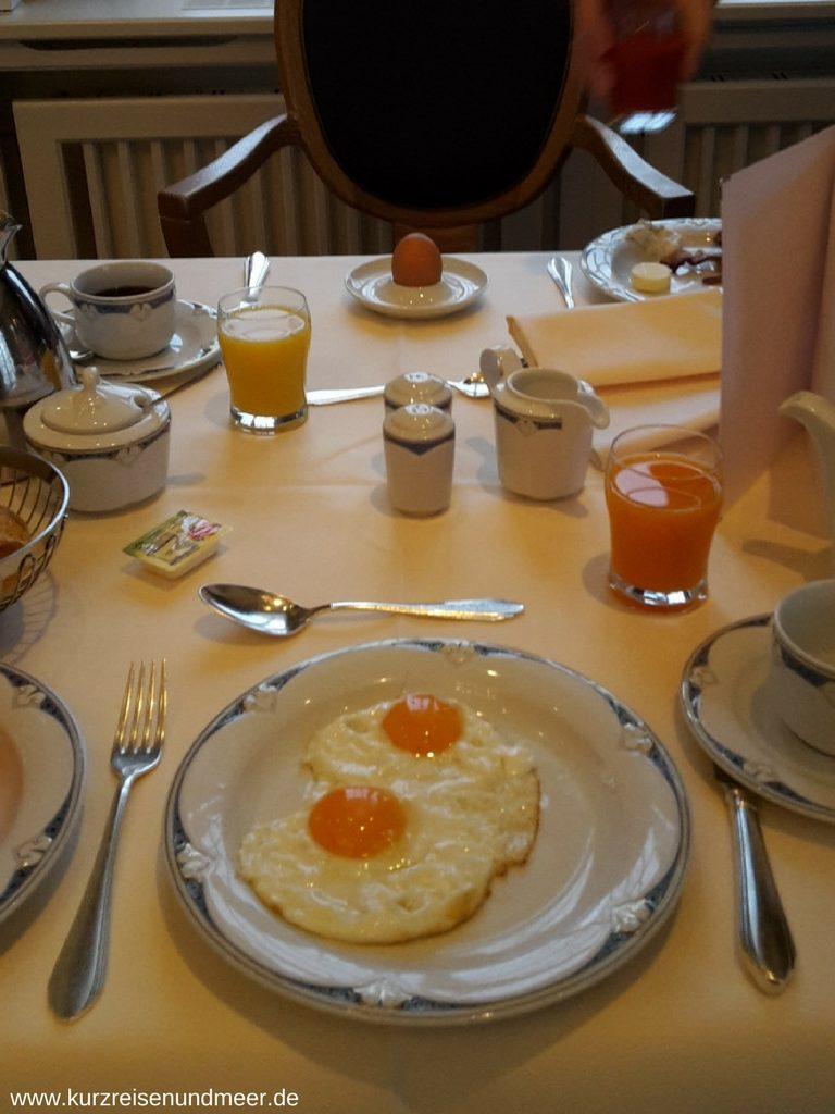 Frühstückstisch mit Spiegelei im Travel Charme Kurhaus Binz