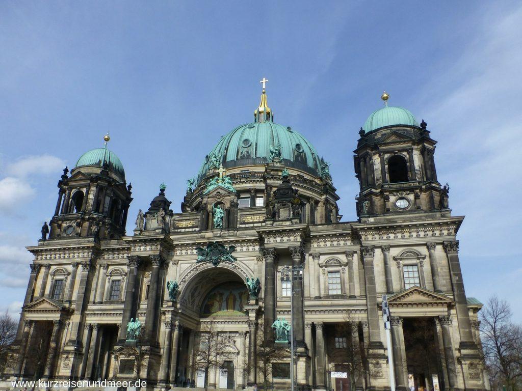 Ein lohnendes Ausflugsziel: Der Berliner Dom bei strahlendem blauen Himmel