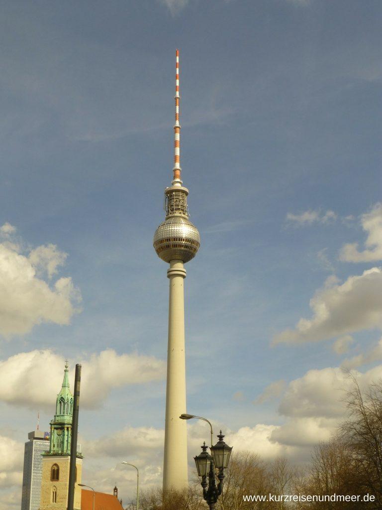 Der Berliner Fernsehturm in der Sonne