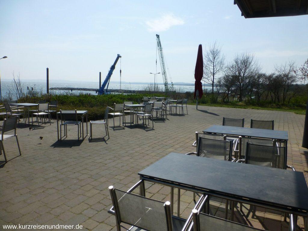 Endlich Ruhe: Im Außenbereich der Bäckerei Peters in neu-Mukran schaut man auf die Ostsee und den Fährhafen von Sassnitz