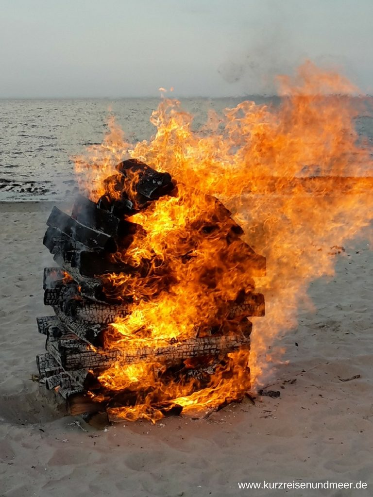 Brennender Holzstoss bei der verschobenen Osterfeuer-Meile in Binz